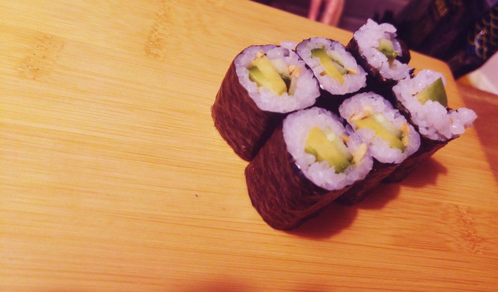 Uramaki - ogórek, awokado, dorsz biały