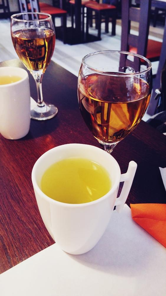 Zielona herbata, wino morelowe (na urodziny mieliśmy śliwkowe), brakuje jeszcze sake, które też piliśmy, ale nie mamy fotki.