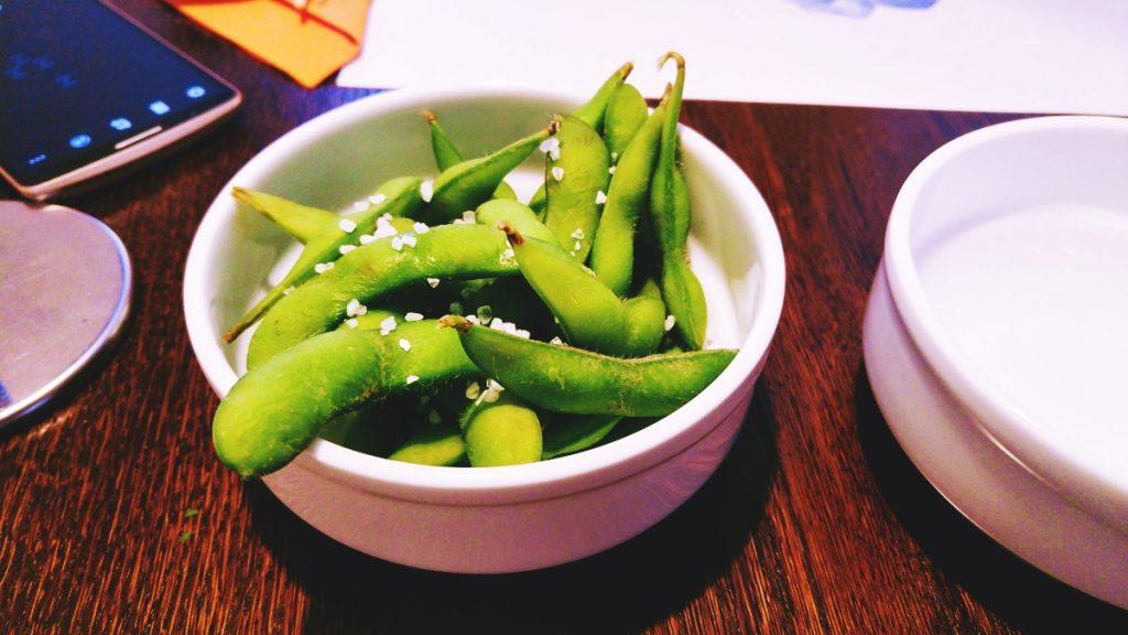 Edamame - japońska fasola sojowa. Łagodniejsza w smaku od znanej nam fasolki strączkowej. Trochę niewygodna w jedzeniu.