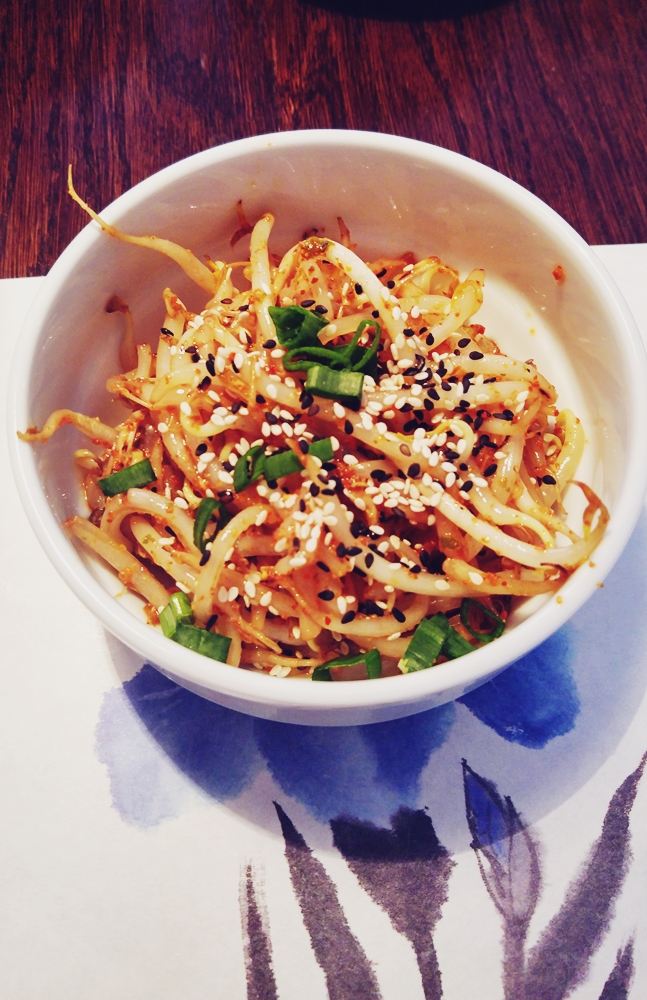 Midorimame moyashi sarada - pikantna sałatka z kiełkami fasoli mung. Całkiem ok, lekko pikantna, trochę kwaśna, może być.