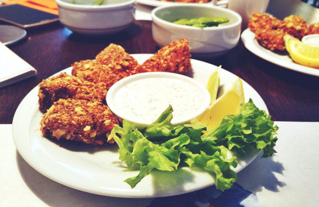 Kawałki kurczaka i kawałki łososia w panierce panko, podawane z sosem czosnkowym i cytryną. Mąż: w smaku przypomina mi to obiady od Żony, więc dla mnie super :)
