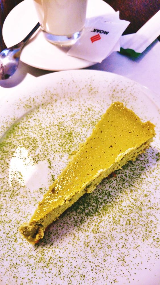 Przepyszny sernik z matchą (sproszkowaną zieloną herbatą). Załapaliśmy się nawet na świeżutki wypiek. Mniam, mniam.