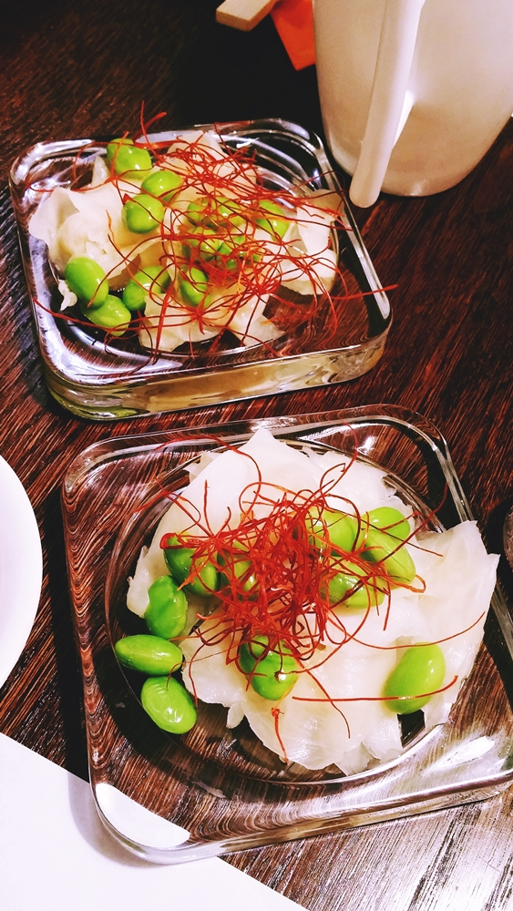 """""""Sałatka"""" - gari, edamame, chilli... czyli imbir, fasolka sojowa i """"nitki chilli"""". Eksperyment, którego jeszcze nie ma na stałe w karcie. Według nas powinno być podawane raczej jako """"czekadełko"""". Porcja zdecydowanie za mała jak na sałatkę, inna kwestia, że w głównej mierze przebija się imbir, którego smak możecie kojarzyć z zestawami sushi."""
